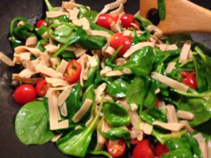 Fettuccine with spinach and tomatoes